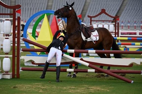 Annika Schleu cayendo del caballo asignado por azar que se negaba a saltar